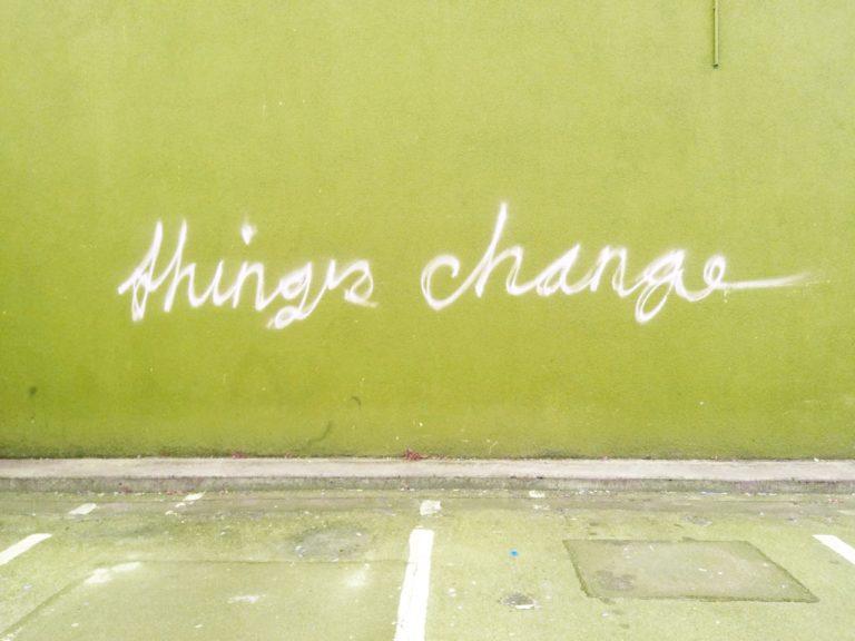 Schriftzug auf grüner Wand